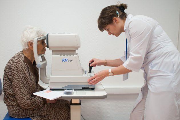 Пожилая женщина у офтальмолога