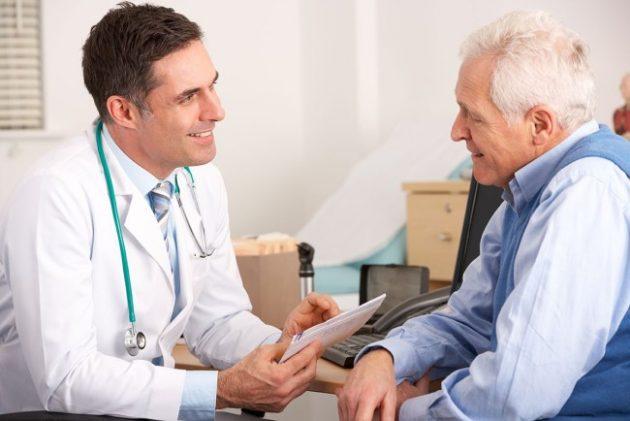 Пожилой мужчина у доктора