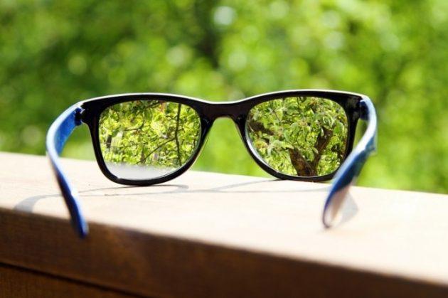Что лучше - очки или линзы