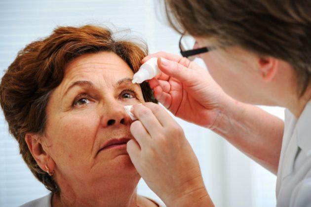 офтальмолог оказывает помощь при приступе глаукомы