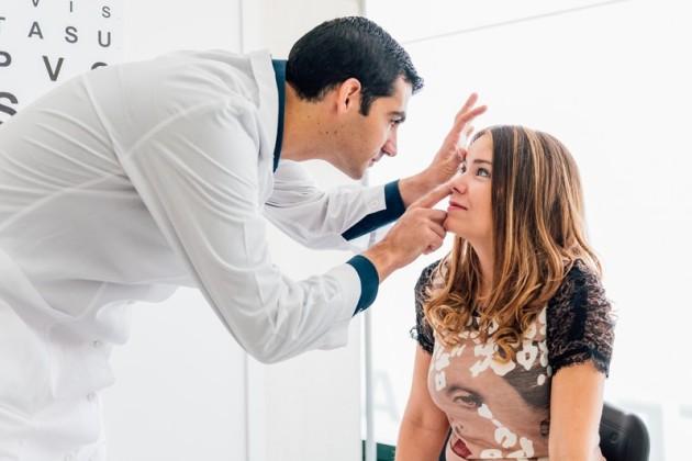 если беспокоит зуд в глазу - нужно обратиться к офтальмологу