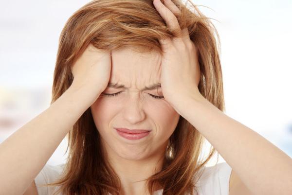 причиной повышения глазного давления может быть мигрень