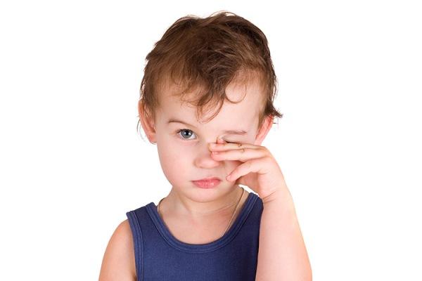 болит глаз у ребенка