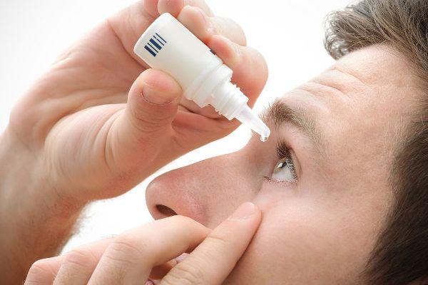 если слезятся и болят глаза - нужно закапать антибактериальные капли